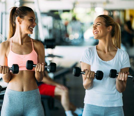 Zwei Freundinnen machen gemeinsam Sport