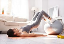 Frau trainiert effektiv ihre Pomuskeln