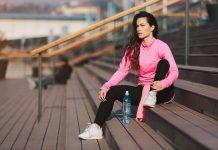 Sportliche Frau nach dem Workout